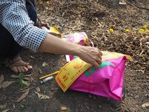 Ratchaburi Tajlandia, Kwiecień, - 05,2018: Ręki ludzie przygotowywa joss pieniądze papier Chińska tradycja w Qingming festiwalu Zdjęcia Stock