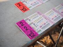 Ratchaburi Tajlandia, Kwiecień, - 05,2018: Zamyka w górę Tajlandzkich loteryjnych biletów na kramu Obrazy Stock