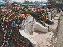 Ratchaburi Tajlandia, Kwiecień, - 05,2018: Cmentarz przy Grobowcowym ogólnym dniem lub Qingming festiwalem przy Jing Gung cmentar Zdjęcia Royalty Free