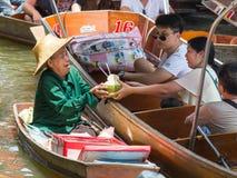 Ratchaburi, Tajlandia - Lipiec 22, 2017: Damnoen Saduak unosi się ma Fotografia Royalty Free