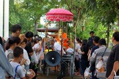Ratchaburi Tajlandia, Październik, - 18, 2016: Mnisi buddyjscy błogosławią zaludniać w końcówce buddysta Pożyczający dzień Obraz Royalty Free