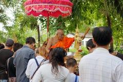 Ratchaburi Tajlandia, Październik, - 18, 2016: Mnisi buddyjscy błogosławią zaludniać w końcówce buddysta Pożyczający dzień Fotografia Royalty Free