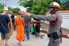 Ratchaburi Tajlandia, Październik, - 18, 2016: Tajlandzcy milicyjni poparć ludzie, mnisi buddyjscy w końcówce buddysta i Pożyczal Fotografia Royalty Free