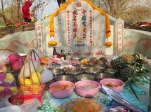 Ratchaburi, Thaïlande - avril 05,2018 : Ancêtre adorant avec l'offre sacrificatoire dans le festival de Qingming chez Jing Gung C Images stock