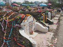 Ratchaburi, Thaïlande - avril 05,2018 : Le cimetière au jour de tombe ou au festival rapide de Qingming chez Jing Gung Cemetery Photos libres de droits