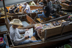RATCHABURI THAÏLANDE - JUIN 26,2017 : vendeur de bateau lisant le Ne thaïlandais image stock