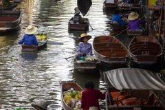 Ratchaburi Thaïlande - may21,2017 : la vie domestique sur le canal de saduak de dumneon ou le marché de flottement du ratchaburi  photographie stock