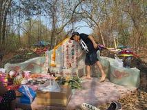 Ratchaburi Thailand - April 05,2018: Be förfader för thailändskt folk som tillber med offer- erbjuda i Qingmingen Festiva Royaltyfria Foton
