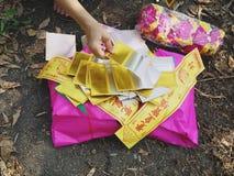 Ratchaburi Thailand - April 05,2018: Josspengarpapper av kinesisk tradition i den Qingming festivalen Arkivfoto