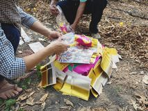 Ratchaburi Thailand - April 05,2018: Kinesiskt guld- josspapper bränns också i asiatiskt begravnings- bruk för att bränna till fö Arkivbild