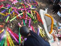 Ratchaburi Thailand - April 05,2018: Thailändskt folk som dekorerar färgrik pappers- garnering på kinesisk kyrkogård i den Qingmi Royaltyfri Bild