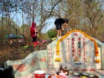 Ratchaburi Thailand - April 05,2018: Thailändskt folk som dekorerar färgrik pappers- garnering på kinesisk kyrkogård i den Qingmi Arkivfoton