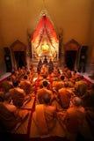 Ratchaburi Thailand - 16 Januari 2011: Munken ber till den buddha staen Arkivbilder