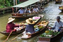Ratchaburi - Thailand 22 Juli, 2017: Damnoen Saduak die ma drijven Royalty-vrije Stock Afbeeldingen