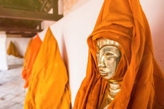 Ratchaburi, Thailand - Juli, 23, 2017: Het standbeeld van gouden Knop Stock Foto's