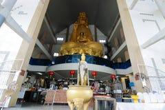 Ratchaburi Thailand - mars 10, 2018: Den breda vinkeln sköt av den stora guld- statyn av Guan Im på den Nong Hoi templet arkivfoton