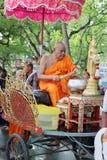 Ratchaburi Thailand - Oktober 18, 2016: Buddistiska munkar välsignar till folk slutligen av buddisten Lent Day arkivfoton