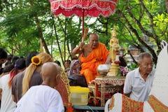 Ratchaburi Thailand - Oktober 18, 2016: Ratchaburi Thailand - Oktober 18, 2016: Buddistiska munkar välsignar till nollan för folk Royaltyfria Foton