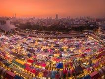 Ratchada火车夜市场用街道食物和衣裳在曼谷,泰国 免版税库存图片