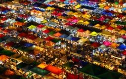 Ratchada nattmarknad i Bangkok Arkivbilder