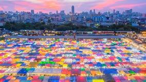 Ratchada Talad för drevnattmarknad röta Fai, Bangkok, Thailand Arkivbilder