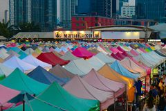 Ratchadaverrotting Fai Train Market in Bangkok, Thailand stock foto's