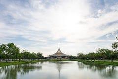 Ratchamangkhala pawilon przy jawnego parka imieniem Suan Luang Rama IX na zmierzchu lub wieczór czasu b Zdjęcie Royalty Free