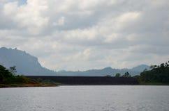 Ratchaprapa eller Rajjaprabha fördämningbehållare i Cheow Lan Lake på Kh Fotografering för Bildbyråer