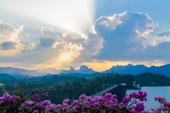 Ratchaprapa-Verdammungsstrahlen der Sonne glänzen durch die Wolken auf blauem Himmel Stockbild