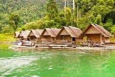 Ratchaprapha水坝的浮动的木屋 免版税库存照片