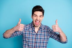 Raten positive nette erfüllte Knabenperson des Porträts annoncieren Stoppelruffeedback-Rateauserlesene Entscheidung lizenzfreies stockfoto