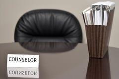 Ratgeber-Visitenkarte auf Schreibtisch mit Dateien Lizenzfreie Stockfotos