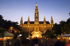 Rathaus和圣诞节市场在维也纳 免版税库存照片