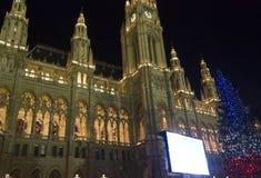 Rathaus在与圣诞树的晚上 免版税库存图片
