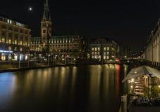 Rathaus或政府大厦夜圣诞节打过工的 库存图片