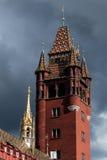 Rathaus的塔在反对威胁的天空的巴塞尔 免版税库存照片