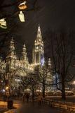 Rathaus av Wien på jul Arkivfoton