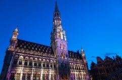 Rathaus belichtet während des hellen Zeigunges in Brüssel Stockfotos