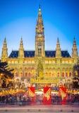 Rathaus en Kerstmismarkt in Wenen Stock Afbeeldingen