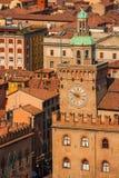 Rathaus-Glockenturm im Bologna lizenzfreies stockbild