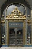 Rathaus-Haupttür-Abschluss oben Stockbild