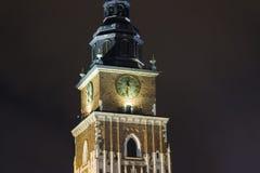 Rathaus im Hauptplatz in Krakau bis zum Nacht Lizenzfreies Stockfoto