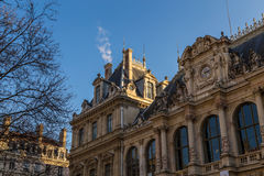 Rathaus mit blauem Himmel lizenzfreies stockbild