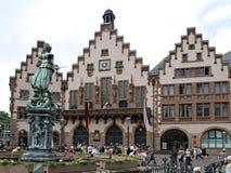 Rathaus mit Gerechtigkeit Fountain in Frankfurt am Main Lizenzfreie Stockbilder