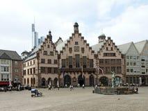 Rathaus mit Gerechtigkeit Fountain in Frankfurt am Main Lizenzfreie Stockfotografie