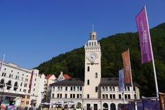 Rathaus mit Glockenturm in Rosa Khutor Sochi, Russland Stockfotos