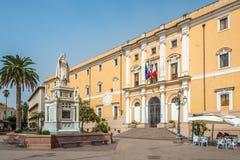 Rathaus mit Statue von Eleonor von Arborea stockfotos