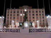 Rathaus, Nahaufnahme. Neues Jahr. Gekleideter Baum. Formen des Eises. Stockfotografie
