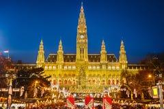 Rathaus och julmarknad i Wien Royaltyfria Bilder
