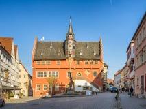 Rathaus in Ochsenfurt, das ein kleines Dorf durch Fluss Hauptleitung ist Stockfotografie